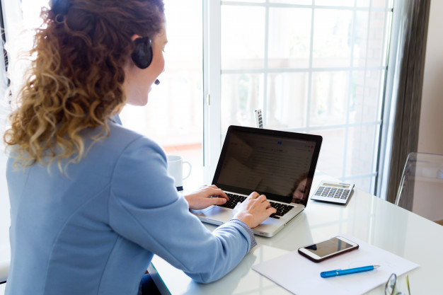 customer-service-operator-talking-on-phone-in-the-office_1301-7539